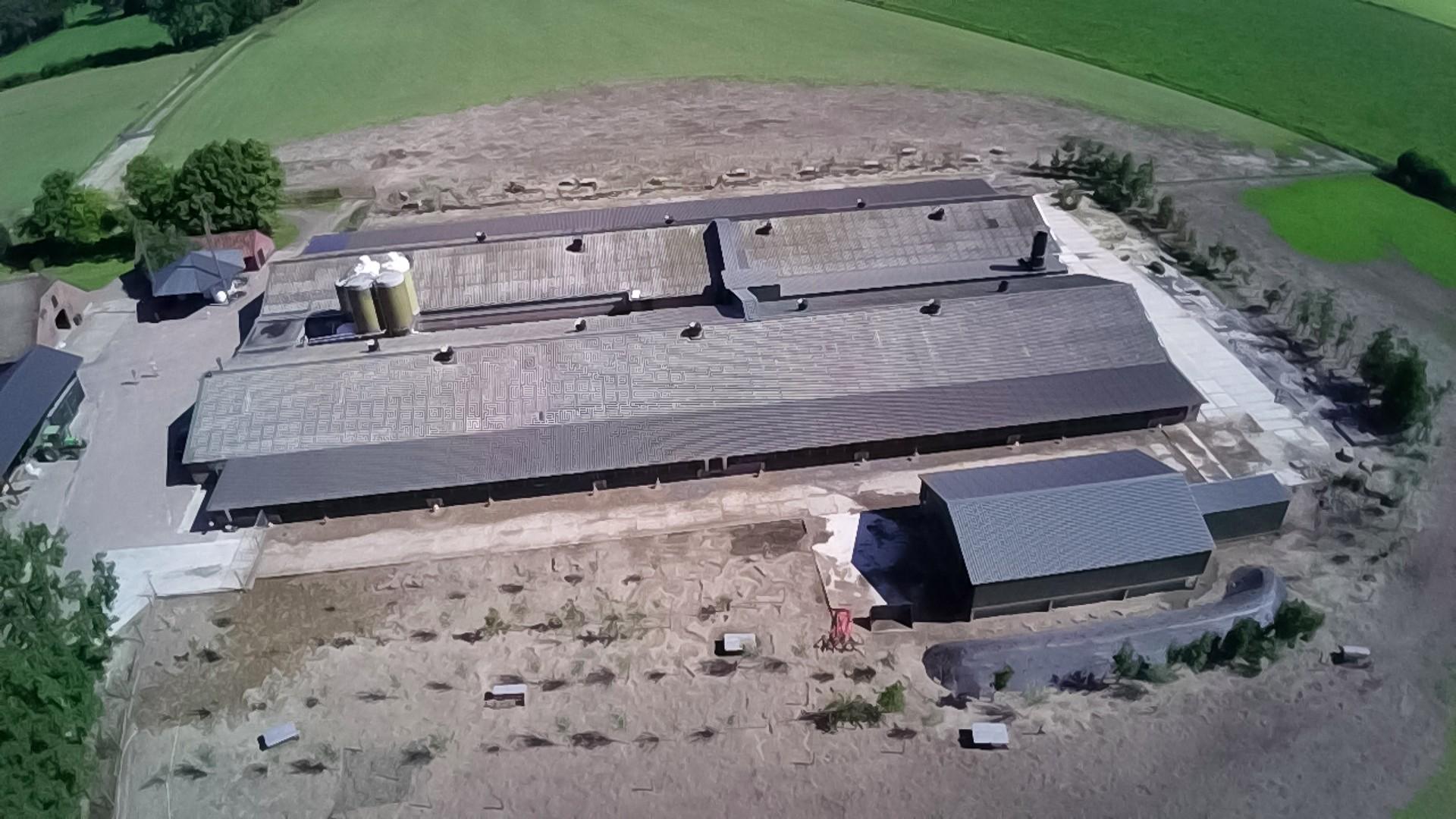 Hier ziet u een luchtfoto van de stallen rechts onderin ziet u de mestopslag.